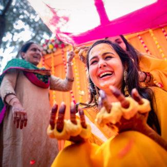 Casamento feliz da noiva haldi Goa