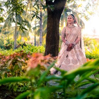 Noiva indiana em Sabyasachi lehenga para o casamento de Goa
