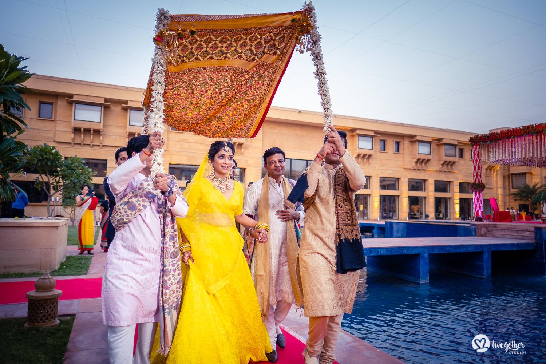 Um casamento de destino Jaisalmer |  Srishti + Rishabh 81